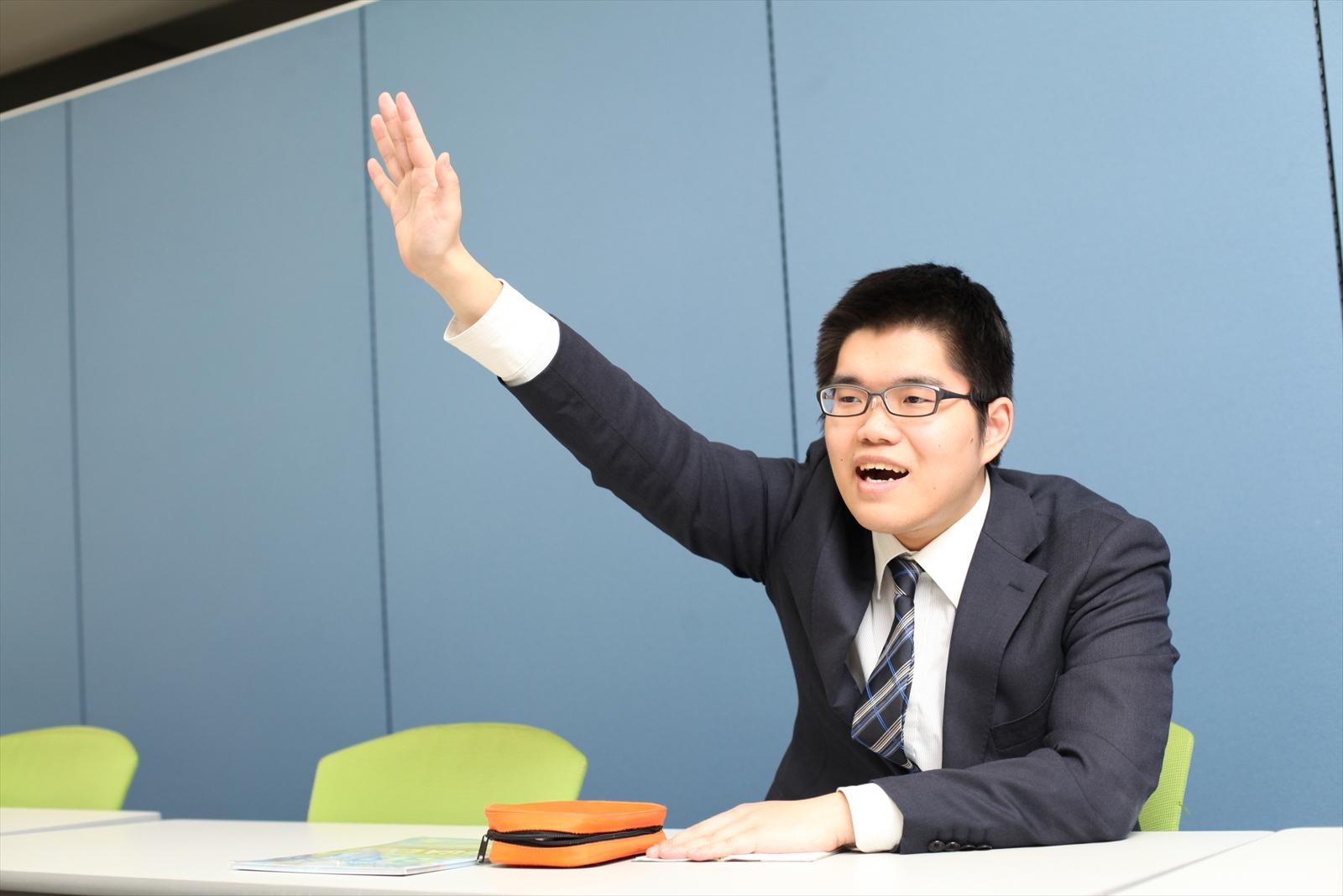 企業説明会で挙手をする就活生