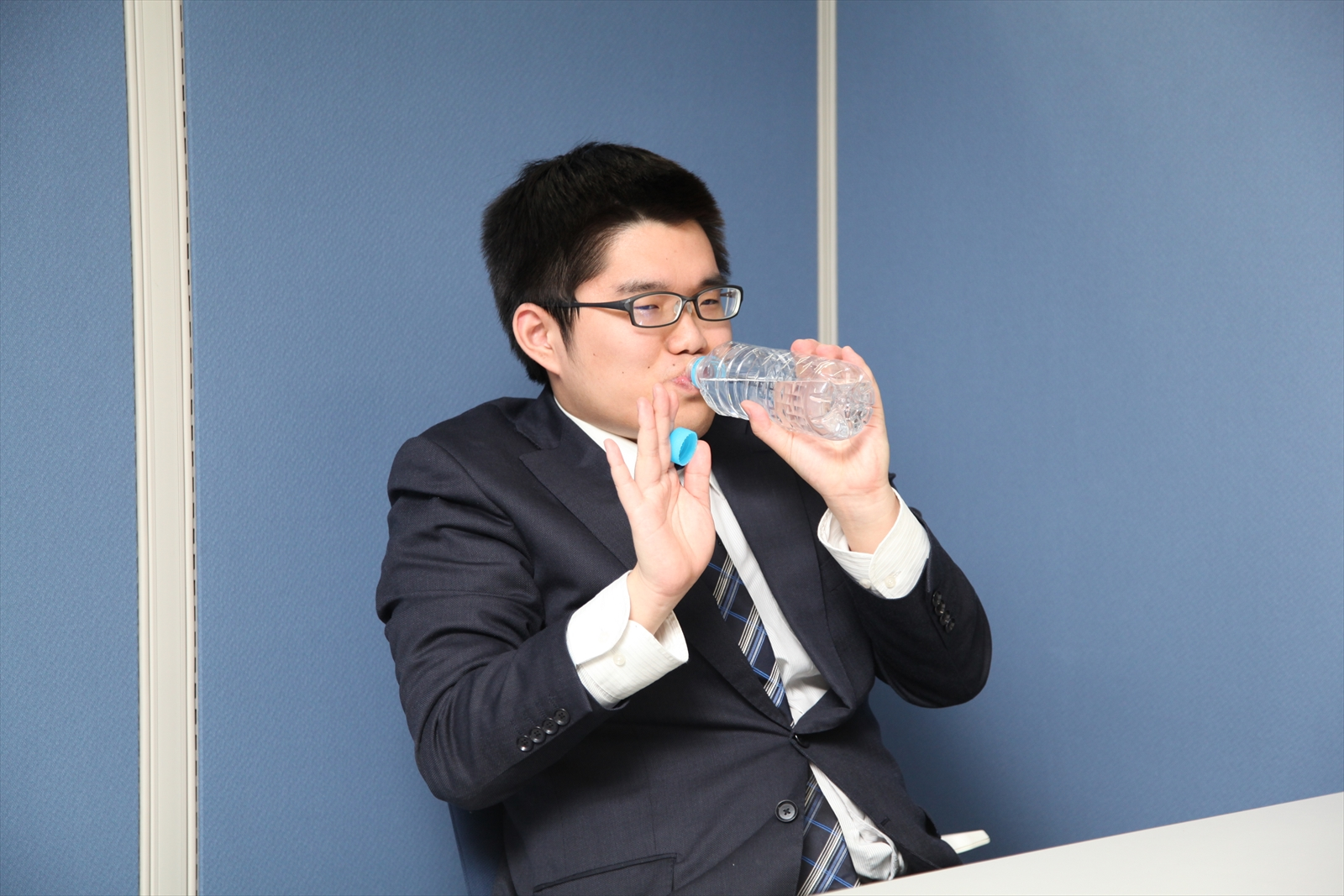 面接中に水をがぶ飲みする就活生