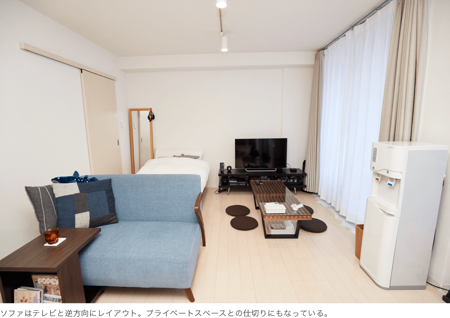 ソファはテレビと逆方向にレイアウト。プライベートスペースとの仕切りにもなっている。