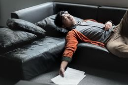 寝不足決定! 社会人がついつい夜更かしをしてしまうワケ「ゲームの続きが……」「イベントの前日」