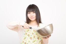 「なぜか果物の入ったカレー」「味がしない豚汁」彼女の手料理がまずかったとき……どんな反応をする?