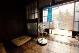 残暑が続く今こそチェック! お気に入りの暑さ対策グッズ「卓上扇風機」「冷えピタ」「ハッカオイル」