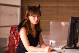 イラッとする? ドキッとする? モテの王道「小悪魔女子」の進化系5タイプ「メイクや洋服に抜け感を演出」
