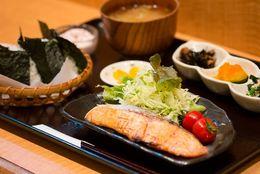 ほっこり和食で1000円ランチ! おにぎり定食とお惣菜の隠れ人気店―荻窪「おにぎりのさんかく山」