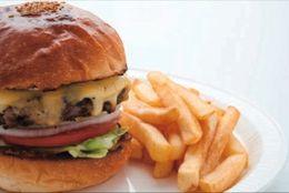 ランチ&カフェとして大人気! 濃厚チーズと国産牛の「クアトロチーズバーガー」―「バーガーマニア」白金店