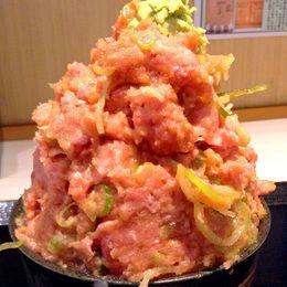 【デカ盛り】こぼれるばかりの山盛りネギトロ丼! 横浜・馬車道名物の『BAN・BAN番長』