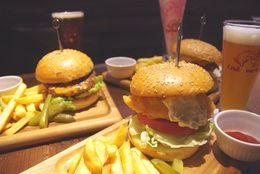 【秋葉原グルメ】クラフトビール専門店『Craft Beer Tap』はランチが穴場! ボリューム大なごちそうハンバーガー3種を試食