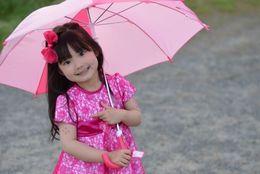 大学生に聞いた、子どものころ雨の日に熱中した傘遊び5選「メリーポピンズごっご」