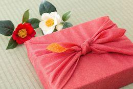 「つまらないものですが」はどう使う? 目上の人にプレゼントを渡すときの正しい言葉遣い