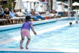 泳げない! カナヅチな大学生は約◯割も! 「平泳ぎすると沈む」