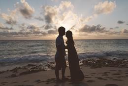 女子大生が選ぶ、理想のプロポーズのシチュエーション5選「ハワイの夕暮れの浜辺で……」