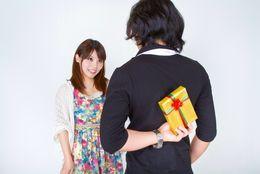 記念日じゃない日に彼氏からプレゼントをもらったらうれしい?  女子大生の◯割がYESと回答!