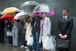 朝の天気予報、降水確率何%だったら傘を持っていく? 3位60%、2位40%