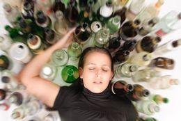 成人済みの大学生に聞いた! お酒でやらかす人の特徴4選