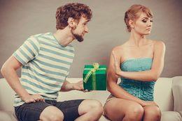 彼氏じゃない異性にもらうとドン引きするプレゼント5選! 女子大生の本音は……