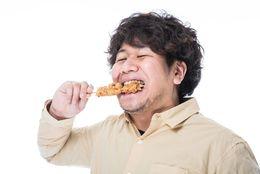 食事中に見ていてイライラしてくる行動5選! 大学生に聞いた