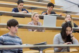 事件は教室で!? 大学生がビックリした講義中の珍行動目撃談「トランプ」「カップラーメン」「エアギター」