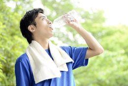 究極の選択! のどが渇いたら……お茶と水のどっちを飲むことが多い? 6割以上が◯派