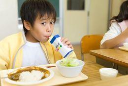 懐かしい! 大学生世代の給食の思い出あるある4選「牛乳の飲みすぎでお腹をくだす」