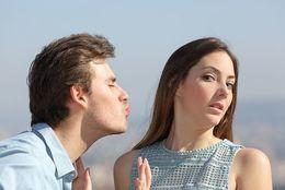 彼氏の口臭がキツいときキスを拒む? 意外と多い、女子大生の〇割が経験あり