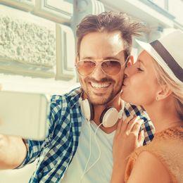 デートで彼女から「ツーショット自撮り」を頼まれたら応じる? 男子大学生の約8割は……