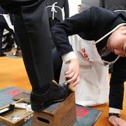 先輩社員と新入社員で真心こめた磨き合い! 靴用品メーカーコロンブスの「靴みがき入社式」って!?