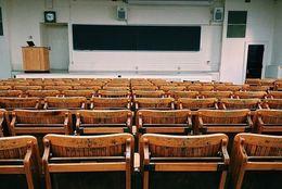 大学の講義、大教室で一番人気の席はどこ?第2位「後ろの列の端」