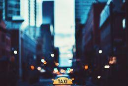 タクシーの運転手になるには? 働き方と気になる年収は?