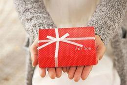 大学生が恋人にあげる誕生日プレゼントの額はいくらが妥当? 5000~1万円台が人気