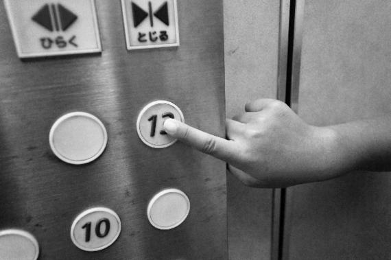 17号館を攻略! エスカレーターVSエレベーター。どっちが早いか検証してみた
