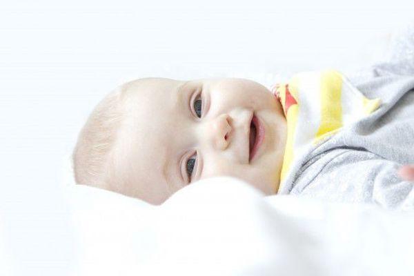 生まれて7週間で「こんにちは」とあいさつした赤ちゃん