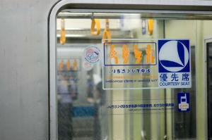 意見が分かれる電車内モラル。元気そうなお年寄りには席を譲る?