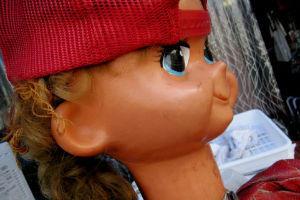 もらって困ったプレゼントの対処法「人形→怖いので一応持っている」「哲学書→古本屋で売却」