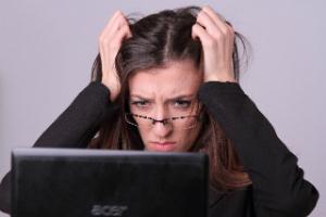 同僚から嫉妬されたときの対処法「気付かないフリをする」「相手の良いところも褒める」