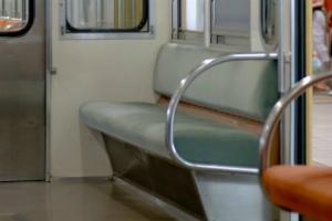 電車の優先席、あいていたら......約6割が「座らない」→「周囲から冷たい視線」「譲るのが面倒」