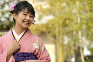 いよいよ卒業式、「袴」を着る予定の女子は74.8%! 「最後の晴れ舞台」「成人式で着た着物を使いたい」