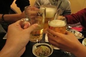 半数以上が「上司・先輩が多めに出すべき」と回答! 飲み会では「先輩のオゴリ」が当たり前?