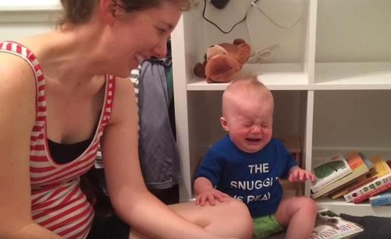 【動画】微笑ましすぎる!もっと絵本が読みたくて「世界の終わり」かのように泣く赤ちゃん
