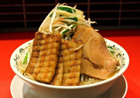 【デカ盛り】パルマ産豚肉も盛り合わせた豪快ラーメン『野郎ラーメン 渋谷センター街総本店』