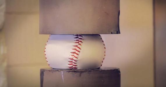 どうなると思う?野球の硬式ボールを4.5トンの力で押しつぶしてみた