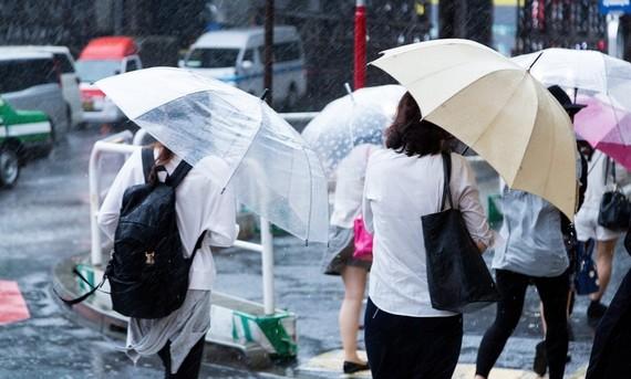 天気の悪い日に! 雨に最大限濡れない正しい傘の差し方