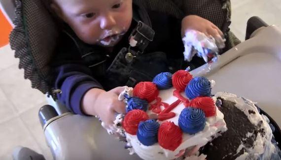 ちょ...豪快すぎ!赤ちゃんの誕生日ケーキハプニング11連発