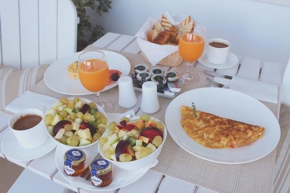 つい食べ過ぎる……海外旅行中、ダイエットを気にする人はわずか1割! 太らないための対策は?