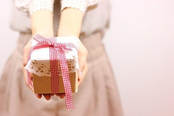意外に難関!結婚式の時の両親へのプレゼント、定番とアイデア