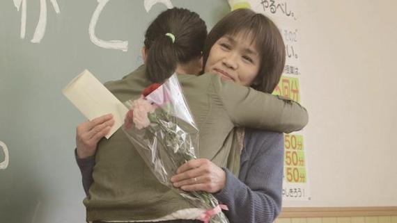 【号泣必至】両親にサプライズで「卒業ありがとう」って言ってみた動画が感動的!