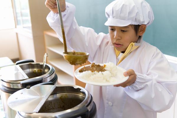 給食で出るとテンションが上がったメニューランキング! 3位:ソフト麺、2位:カレー、1位は?