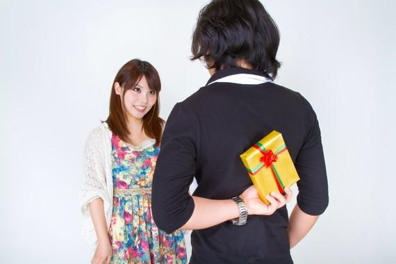 男子大学生が彼女にあげるクリスマスプレゼントの予算はいくら? 5000~1万円が約4割