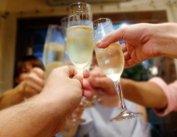 飲み会で乾杯の挨拶を行うコツは? 宴会での音頭のとり方の基本【例文つき】