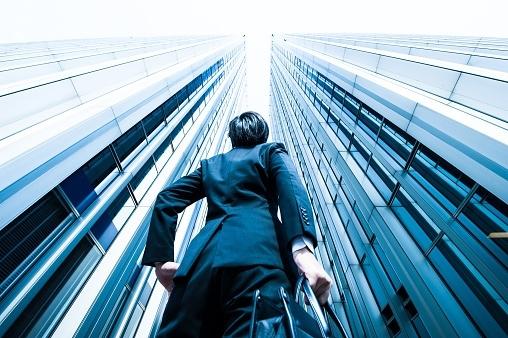 ビジネスに欠かせない「コアコンピタンス」の意味とは? ケイパビリティとどう違う? 使い方を例文付きで解説【スグ使えるビジネス用語集】