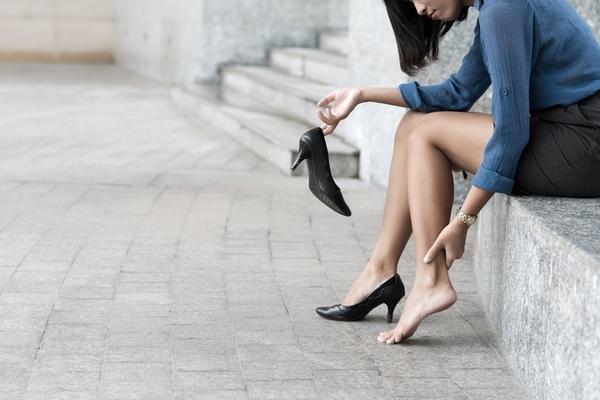 ヒールが痛い人必見! 足が痛くならないパンプスの選び方を女性営業マンに聞いた